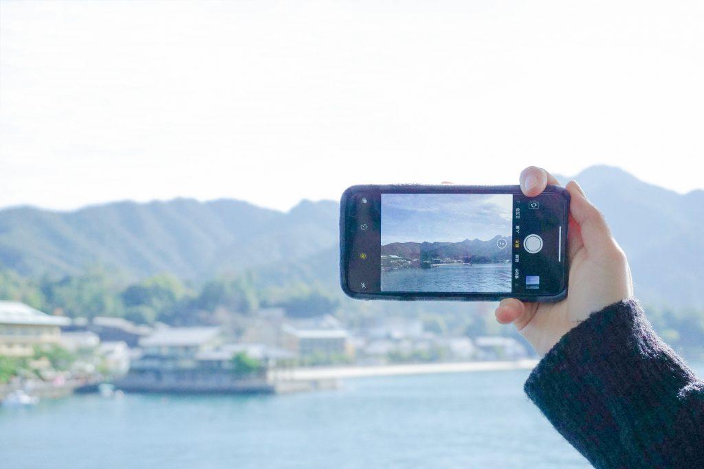 un téléphone portable prenant une photo de la mer