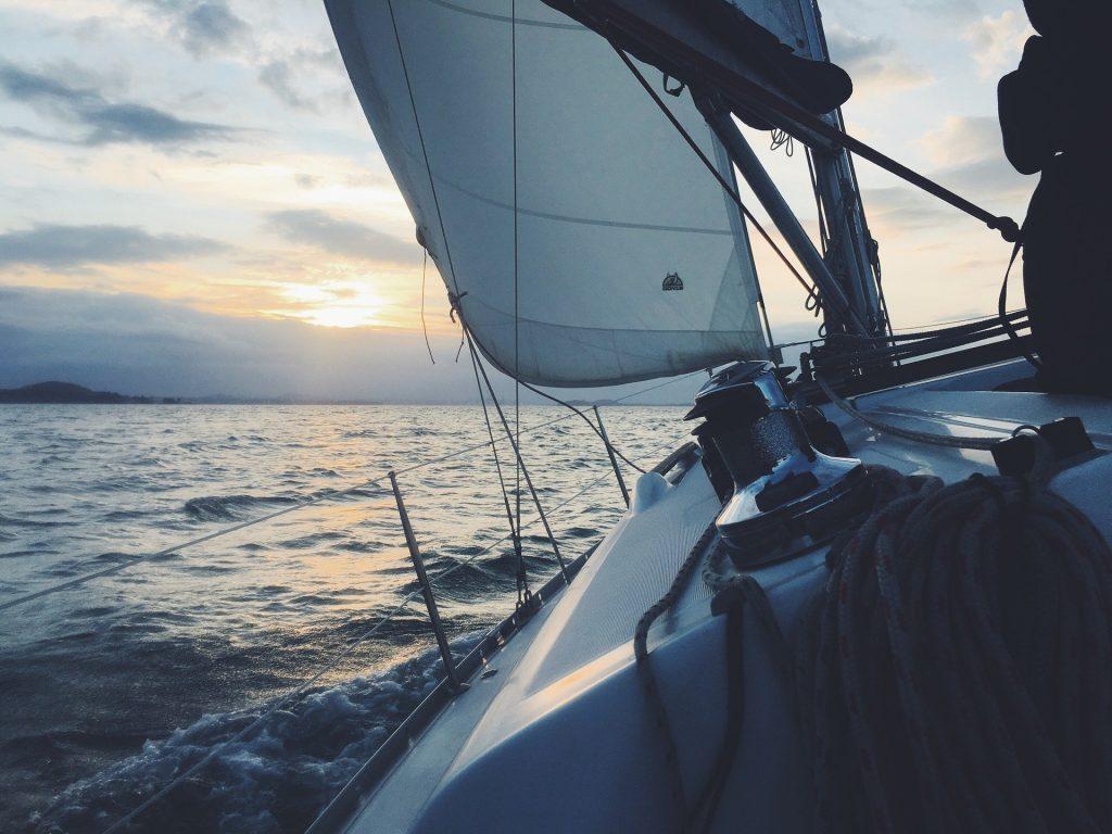 Un voilier en train de naviguer