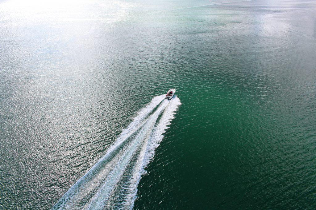 Trajet d'un bateau à moteur en mer