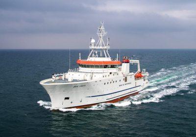 Que doit contenir la trousse de secours obligatoire en mer ?